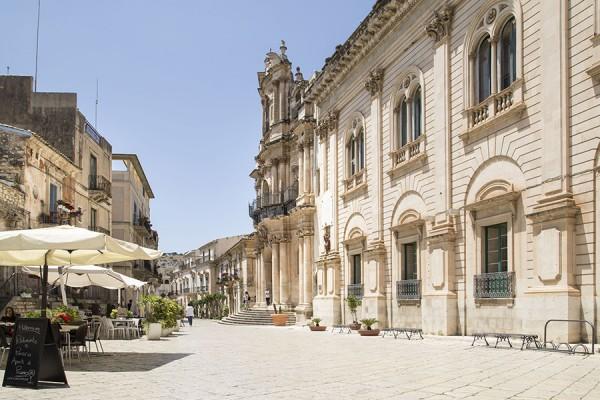 Scicli – Chiesa di San Giovanni e Palazzo Municipale